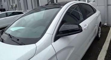 «Пародия напанораму за16 тысяч»: Первые LADA Vesta вдвухцветной окраске вяло встретили автолюбители