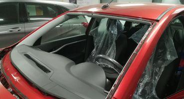 «Япоражаюсь АвтоВАЗом»: Об отклеивающемся лобовом нановой LADA Vesta Black поведали владельцы