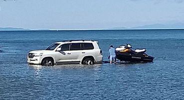 Полиция нашла водителя, который решил искупать свой «Крузак» в Байкале
